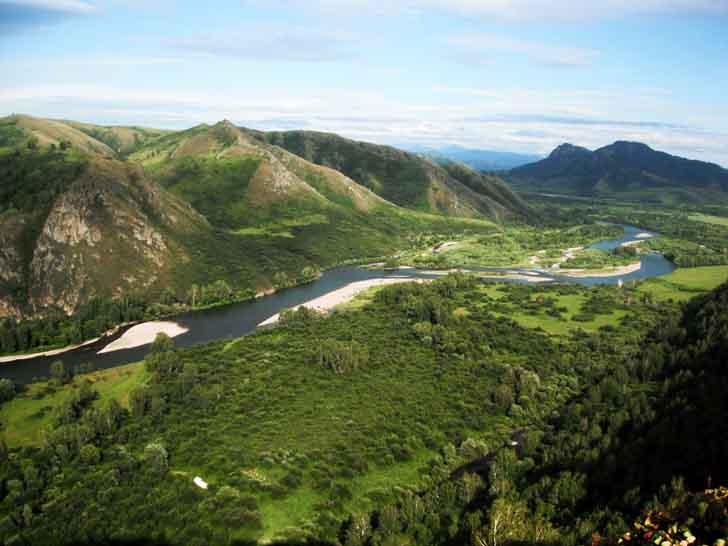 Вид на реку Чарыш в горах