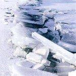 Зимняя ловля рыбы у ледяных торосов